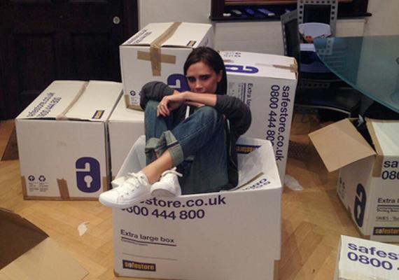 Victoria Beckham egy dobozba ült, miközben a ruháit és cipőit szedte össze, melyeket eladományozott.