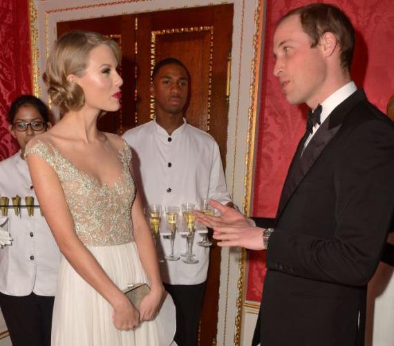 Kedvesen elbeszélgetett a tinibálvány Taylor Swifttel is, miközben a testvére az Antarktiszon fagyoskodik.