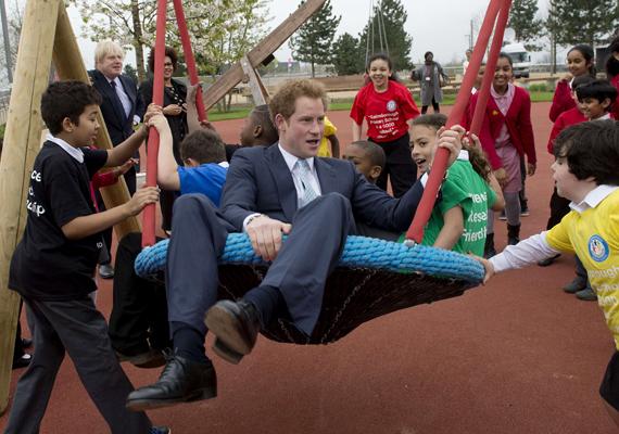 A herceget beültették a hintába, szó szerint, amikor ellátogatott egy gainsborough-i általános iskolába.
