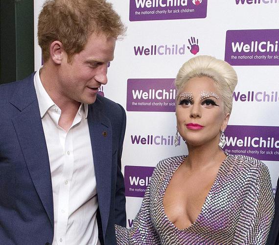 Az este folyamán többször is összefutottak, ez a kép az első alkalommal készült. Harry herceg nem fogta vissza magát, bátran Lady Gaga dekoltázsára meredt.
