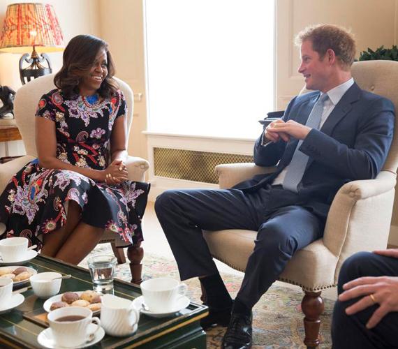 Michelle Obama és Harry herceg jól megvoltak egymás társaságában, úgy beszélgettek, mintha ezer éve ismernék a másikat. Ez részben igaz is, a herceg két éve az Egyesült Államokban járt, akkor Obamáék látták őt vendégül.