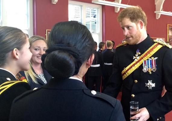 A herceg igazán fess volt az egyenruhájában, a lányok nem is hagyták szó nélkül a dolgot:- Az emberek elkezdték kérdezgetni, hogy ki ez a helyes pasi. Egyből rávágtam, hogy Harry herceg, de nem hitték el, hogy valóban ő lehet az! - nyilatkozta az egyik diáklány a People magazinnak.