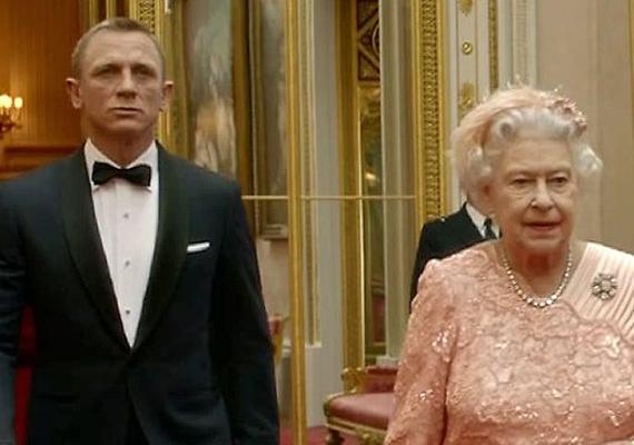 A brit birodalom első számú titkosügynöke természetesen a királynő hatásköre alá tartozik. Daniel Craigen látszott is, hogy kissé meg van illetődve Erzsébet társaságában.
