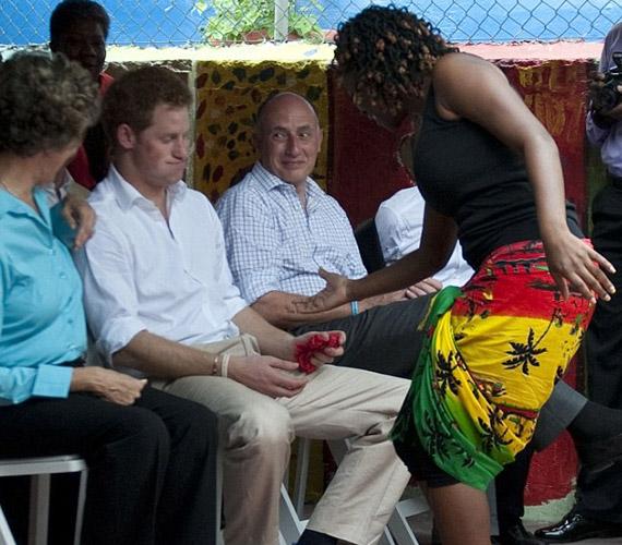 Jamaicán pedig szinte meg sem lepődött, amikor táncba hívták.