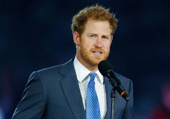 Harry pár napja rövid beszéddel nyitotta meg a nyolcadik rögbi-világbajnokságot Angliában. Erről kép is készült, ami felkerült a palota közösségi oldalára. A fotó láttán a női követők teljesen odáig voltak a herceg külsejéért.