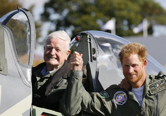 Nemrég egy 95 esztendős expilótával pózolt, de az idős bácsi érdemei helyett itt is mindenki Harry arcszőrzetével volt elfoglalva.