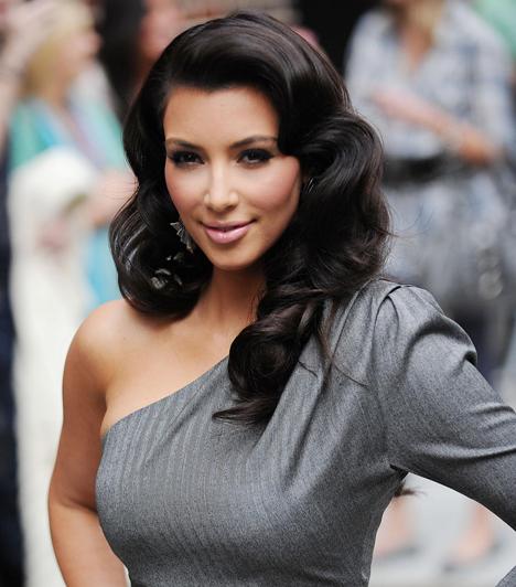 Kim Kardashian  O. J. Simpson védőügyvédjének lánya 2007-es házi szexvideójával robbant be a semmirekellő hírességek klubjába, azóta pedig hétről hétre mindig megmutatja hatalmas fenekét. Kisbabája születése után remélhetőleg lenyugszik. Kim Kardashian »