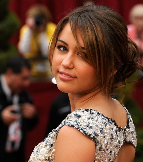 Miley Cyrus  A Disney feltörekvő sztárjának fontos, hogy miközben igyekszik megfelelni az elvárásoknak, megbotránkoztassa a közvéleményt. Egy díjátadón például rúdtáncot lejtett, topless fotókon pózolt a Vanity Fairben. Nem meglepő, hogy 2009 legrosszabb példaképének szavazták meg. Többet mutatott, mint akart! Zavarba ejtő szerelésben fotózták le Miley Cyrust »