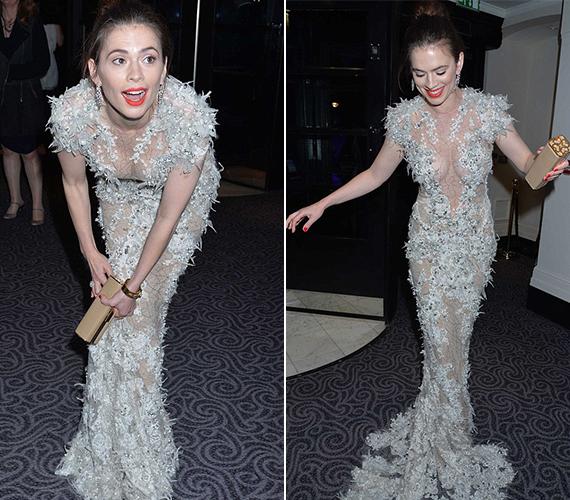 A férfiak nagy örömére a színésznő bátran hajolgatott a ruhában.