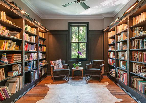 Nem hiányozhat a könyvtárszoba sem, de egy rekreációs szoba is van a lakásban.