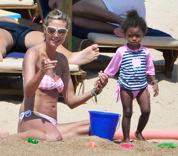 Míg Heidi nagylányával, Lenivel és a kis Lou-val játszott a parton, férje vízibiciklizni vitte Henryt és Johant.