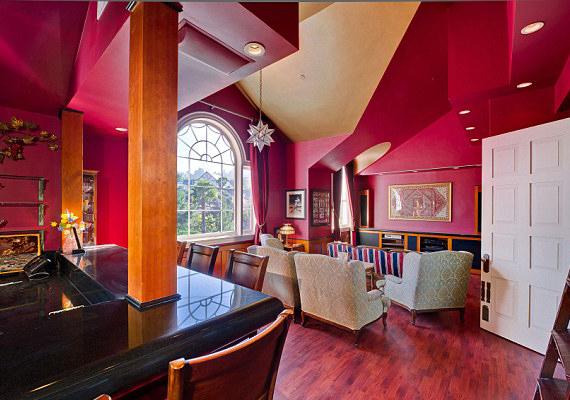 Ezt a szobát Heidi Klum szerény egyszerűséggel társalgónak hívta, egy bár is helyet foglal benne.