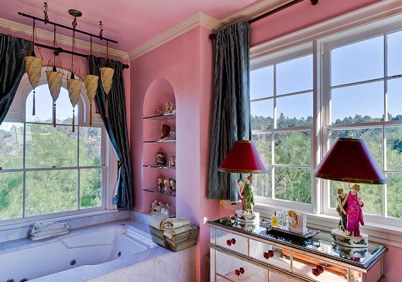 Kilenc fürdőszoba van a házban, csak remélni lehet, hogy nem mind rózsaszín.