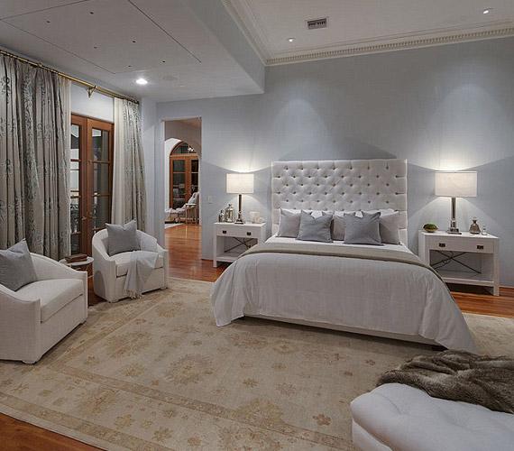 A házban 8 háló és 10 fürdőszoba található, minden szoba inkább egy mini lakosztálynak felel meg.