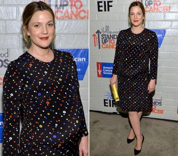 Drew Barrymore egy fekete, színes pöttyökkel díszített ruhában mutatta meg egyre nagyobb babapocakját.