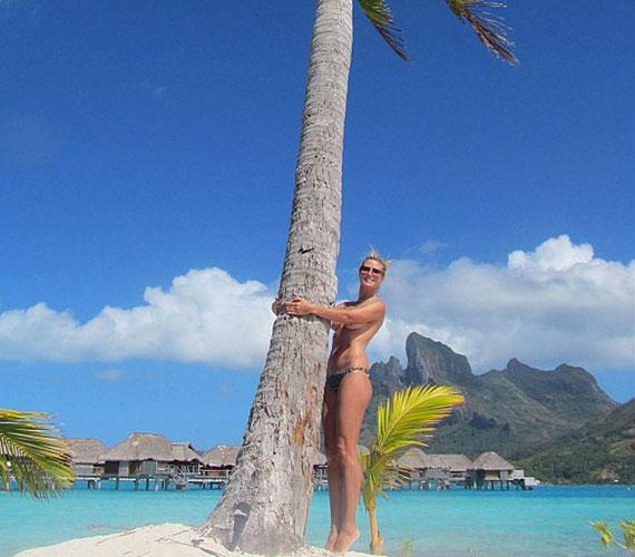 Hétvégén a Twitter-oldalára töltötte fel ezt a Bora Borán készült felvételt: bikinifelső nélkül ölelget egy pálmafát, fedetlen kebleinek nagy részét csak a karja takarja.
