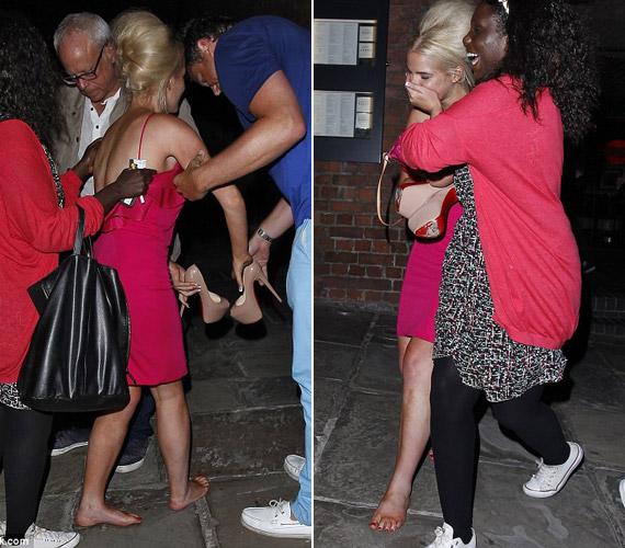 A színésznőnek gyorsan segítségére siettek a barátai, a csinos nő láthatóan zavarban volt.