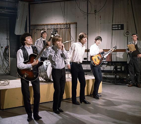 Íme, a Rolling Stones együttes 1965-ben, amint próbálnak egy tévéműsorra. Mick Jagger a kép készítésekor csupán 22 éves volt.