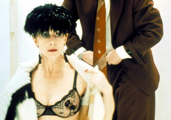 Az 1989-es A szakács, a tolvaj, a feleség és a szeretője című moziban egy átlátszó fekete melltartónak köszönhetően közelebbről is szemügyre lehetett venni a kebleit.
