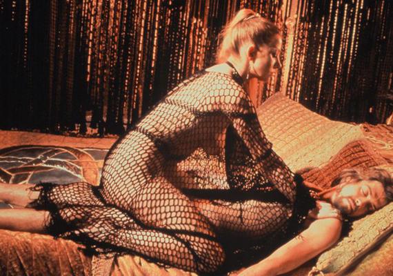 1981-ben az Excaliburban újfent bevállalt egy pikáns jelenetet