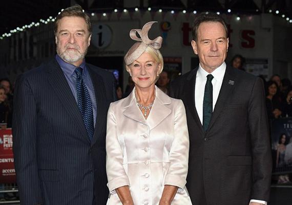 A Trumbóban szereplő kollégáival, John Goodmannel és Bryan Cransonnal pózol.