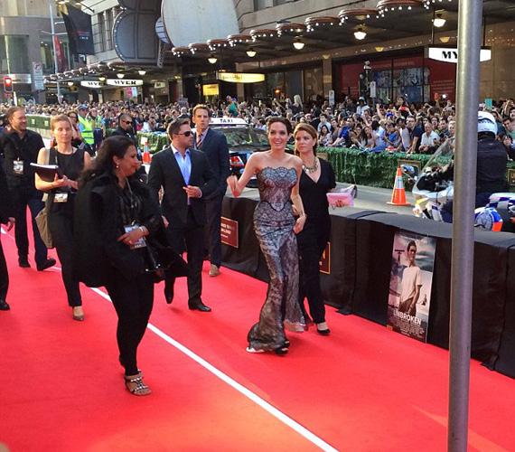 Angelina Jolie ottani idő szerint hétfőn érkezett meg az ausztrál fővárosba, Sydney-be, hogy részt vegyen filmje, a Rendíthetetlen premierjén. A 39 éves színésznő lélegzetelállító volt földig érő Gucci ruhájában, szó szerint megállította a forgalmat - a vörös szőnyeg melletti úton ugyanis rajongók ezrei sorakoztak, hogy egy pillantást vethessenek rá.
