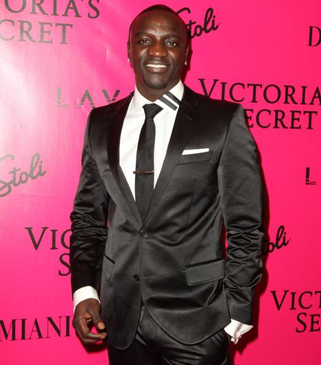 Akon                         Az énekes 2011-ben Keri Hilson partnereként lett a H&M Fashion Against AIDS kollekciójának reklámarca.