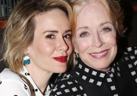 A két színésznő között 32 év korkülönbség van, mégis odavannak egymásért. A Két pasi - meg egy kicsi Evelyn Harperjét alakító színésznő korábban azt nyilatkozta, hogy Sarah Paulsonban megtalálta élete szerelmét.