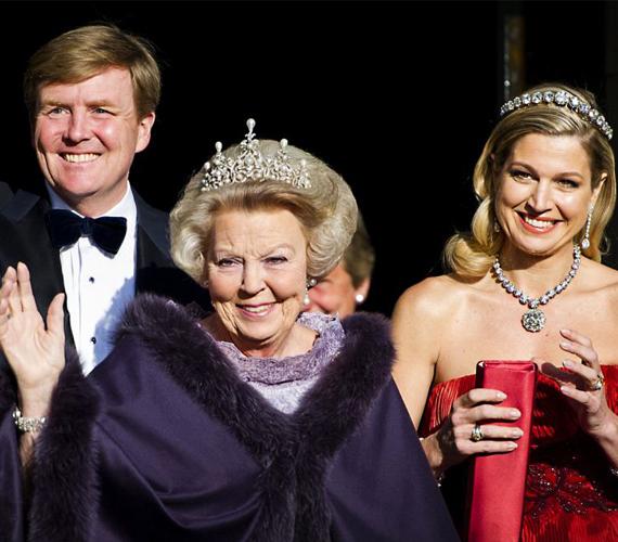A leköszönő Beatrix királynő és fia, Vilmos Sándor, valamint Maxima hercegnő.