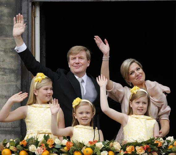 Az újdonsült király családja körében a beiktatás után.