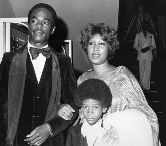 Szinte hihetetlen, hogy Aretha Franklin alig töltötte be a 14. életévét, amikor legnagyobb fia, Clarence a világra jött, második gyermeke, Edward pedig két évvel később született. Bár a soulénekesnő sohasem árulta el az apa kilétét, azt feltételezik, hogy saját apja becstelenítette meg, és ejtette mindkétszer teherbe. Arethának későbbi kapcsolataiból még két fia lett, Ted White 1964-ben, Kecalf Cunningham pedig hat évvel később.