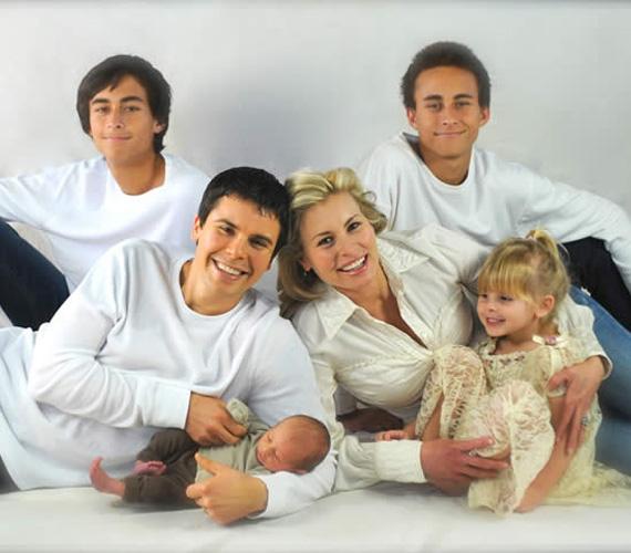 Niki Taylor amerikai szupermodell az érettségije után nem sokkal ismerkedett meg Matt Martinez hátvéddel, és pár hónap múltán titokban összeházasodtak Las Vegasban. Ikreik 1994-ben születtek, Niki akkor volt 19 éves. Két évig tartott a nagy szerelem, végül elváltak. A híresség csak sokkal később, 2006. december 27-én ment férjhez egy NASCAR-pilótához, Burney Lamarhoz, akivel azóta is együtt van. Két közös gyermekük az ötéves Ciel és a hároméves Rex.