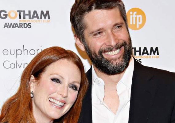 Az 55 éves Julianne Moore és férje, Bart Freundlich 1996-ban találkoztak egy filmforgatáson, amikor Bart még csak 26 éves volt. A kilenc év korkülönbség ellenére 2003-ban összeházasodtak, két gyerekük született, Caleb és Liv.