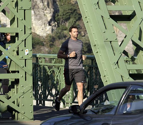 Ritka, de szemrevaló látvány - Hugh Jackman a Szabadság hídon, a külföldi munka ellenére is tartja a napi rutint és az edzéstervét.