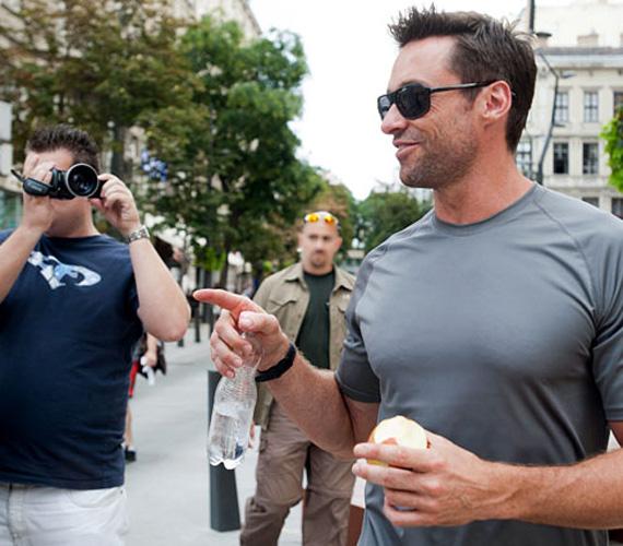 Az Egyetem téren sétálgatók bizonyára megdöbbentek, amikor szembe találták magukat az almát majszoló, sétálgató filmsztárral.