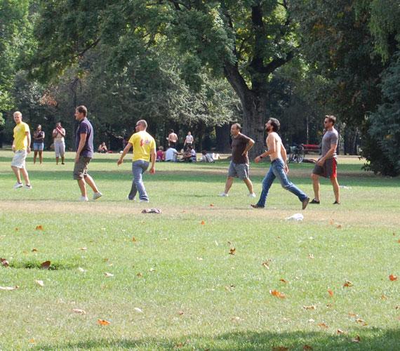 Nem véletlen, hogy a forgatás után kollégáival focizott egy keveset a délutáni napsütésben.