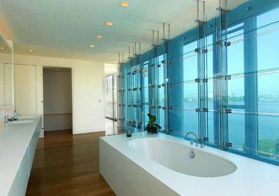A háromszintes apartmanban több fürdőszoba is található, melyek hatalmas kádjában még a 189 centi magas színész is kényelmesen elfér.