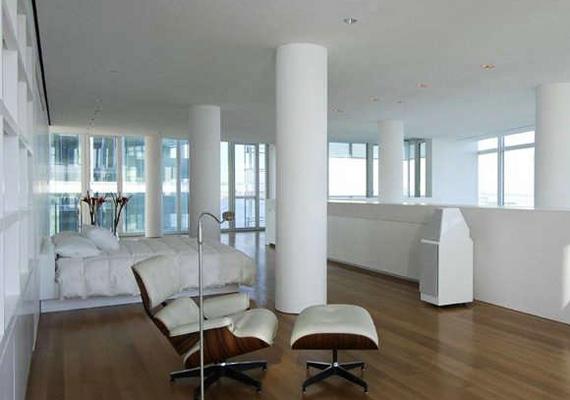 A Richard Meier által megálmodott üvegpalota szobáiban annyi a hely, hogy akár bálteremnek is beillenének, ami tiszta haszon, hiszen Jackman köztudottan remek táncos.