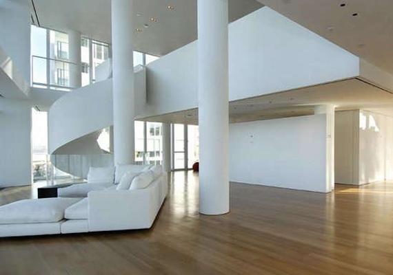 Belépve tágas terek és hófehér falak fogadják a látogatót, de a szobák magassága egyébként is duplája egy átlagos lakásénak.