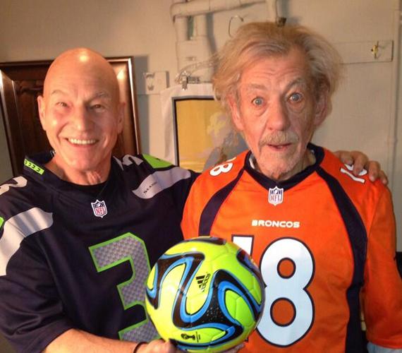 Bár a Super Bowl amerikaifoci, a két sztár mégis egyszerű focistának öltözött be.