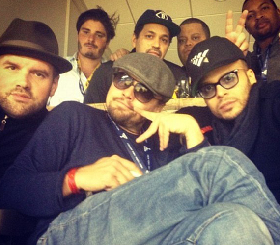 Leonardo DiCaprio egy magánbuliban is részt vett a Super Bowl alatt, itt éppen gangstaként pózol a Nevem Earl sztárjával, Ethan Suplee-vel - elöl balra - és Richie Akivával.