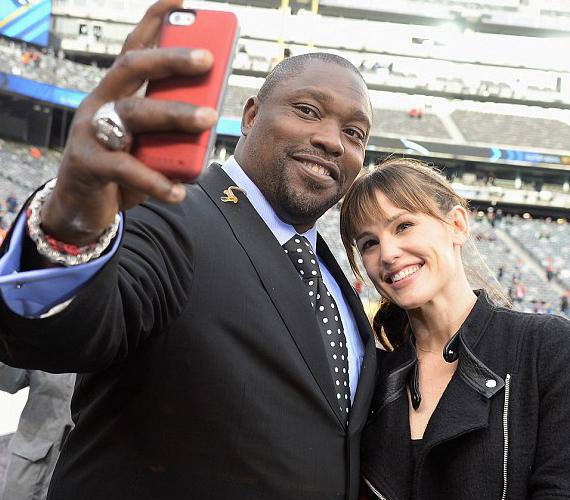 Ez egy kis csalás, ugyanis Jennifer Gardnerről és a Dallas Buyers Club sztárjáról más lőtte a képet, miközben ők selfie-ztek.