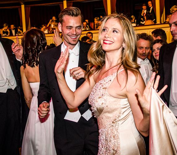 Az Oscar-díjas Mira Sorvino 2004-ben házasodott össze négy gyermekének apjával, a nála 14 évvel fiatalabb Christopher Backusszal. A 47 éves színésznőről kevesen tudják, hogy férje előtt a híres rendezőhöz, Quentin Tarantinóhoz fűzték gyengéd szálak.