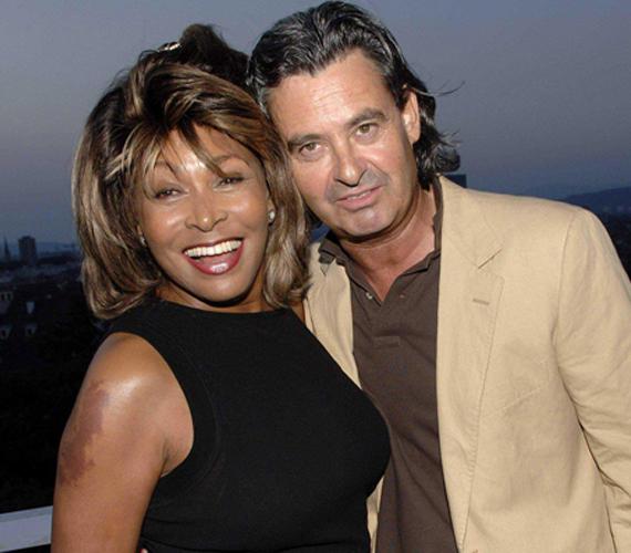 Tina Turner 2013-ban ment feleségül 17 évvel fiatalabb szerelméhez, Erwin Bach soulénekeshez. A 75 éves, Svájcban élő énekesnő - az ottani állampolgárságot is megkapta - egy buddhista szertartás keretein belül mondta ki az igent a Zürichi-tó partján.