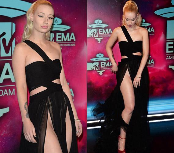 Az énekesnőt láthatóan egyáltalán nem zavarta, hogy megbotránkoztatja a tömeget.