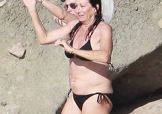 A 64 éves Anjelica Huston jó ideig próbálta műtétekkel visszafordítani az idő múlását, azonban mostanra megtanulta elfogadni saját testét, akkor is, ha van rajta egy kis felesleg. Nézd meg, milyen magabiztosan integet a fotósoknak - mindannyian tanulhatnánk tőle.