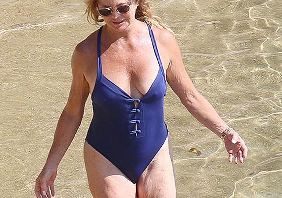Goldie Hawn már 69 éves, mégis remek az alakja. A bőre eléggé megereszkedett már a combján és a karján, májfoltok is megjelentek a bőrén, de így is csodásan fest a vízparton. Mi legalábbis szeretnénk ennyi idősen így kinézni.