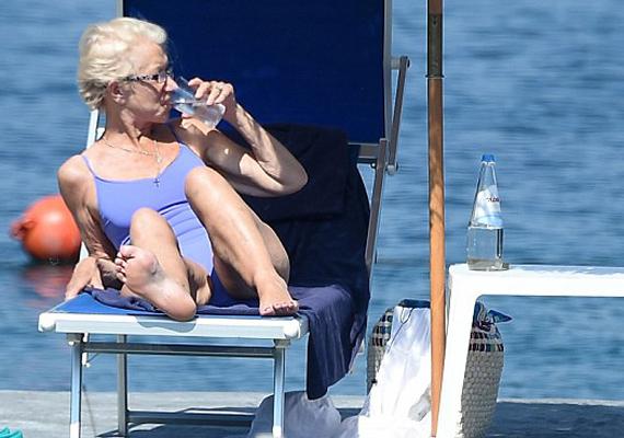 Helen Mirrent rengeteg kritikai érte, hogy ennyi idősen már nem szabadna ilyen típusú fürdőruhát viselnie. A színésznő szerencsére vállat vont a gúnyolódó megjegyzésekre, 70 évesen is remekül érzi magát ebben a kék, egyrészes dresszben, akkor is, ha a bőre nem éppen olyan ruganyos, mint egy kamaszlányé.