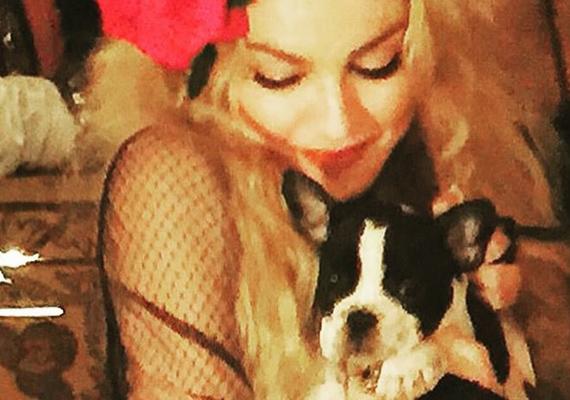 """Az este meglepetés vendége nem volt más, mint Madonna ajándéka, akit a híresség Gypsy Rosa Lee-nek keresztelt. """"Gypsy Rosa Lee... te vagy a valaha volt legjobb szülinapi ajándékom!"""" - írta a kép alá."""