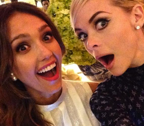 Jaime King és Jessica Alba is hódolt a selfie-zésnek.